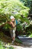 Menino sob a árvore Foto de Stock
