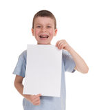 Menino sorrido com papel vazio foto de stock royalty free