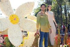 Menino Sotto e Kristine Hermosa de Oyo na parada grande do flutuador de Baguio Panagbenga Foto de Stock