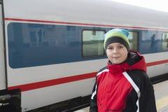Menino triste do adolescente que está perto do trem Imagens de Stock