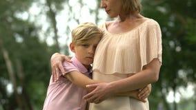 Menino triste que abraça a mãe, falecimento do membro da família, traumatismo psicológico vídeos de arquivo