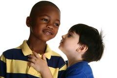 Meninos adoráveis que dizem segredos Fotografia de Stock Royalty Free