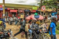Meninos africanos das motocicletas estacionados na frente de um local Foto de Stock