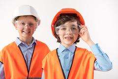 Meninos alegres que procuram transformar-se contramestres imagem de stock