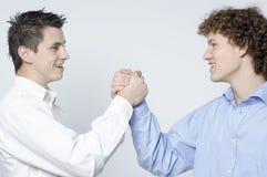 Meninos/aperto de mão da parceria Imagens de Stock