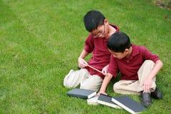 Meninos asiáticos com régua e livros Foto de Stock Royalty Free