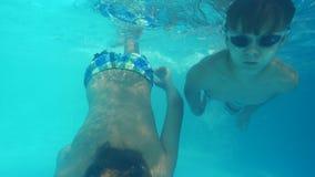 Meninos ativos que nadam na associação filme