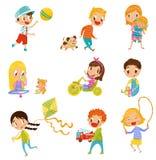 Meninos bonitos e meninas que fazem esportes e que jogam ilustrações ajustadas do vetor em um fundo branco ilustração stock