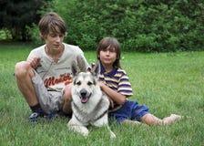Meninos com cão Fotografia de Stock Royalty Free