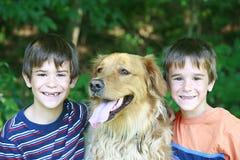 Meninos com o cão Fotografia de Stock Royalty Free