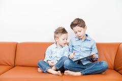 Meninos com PC da tabuleta Imagem de Stock