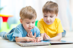 Meninos das crianças em casa que leem Fotografia de Stock Royalty Free