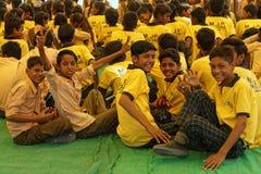 Meninos de escola em uma barraca amarela Imagem de Stock Royalty Free
