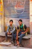 Meninos de escola que sentam-se na rua na vizinhança de Taj Ganj do AG Foto de Stock Royalty Free