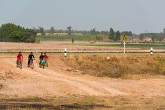 Meninos do grupo que montam bicicletas junto Fotos de Stock Royalty Free