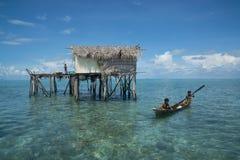 Meninos do mar-cigano em sua casa Imagens de Stock Royalty Free