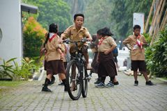 Meninos e escuteiro de meninas elementares Jakarta Fotografia de Stock Royalty Free