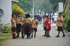 Meninos e escuteiro de meninas elementares Jakarta imagem de stock