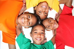 Meninos e meninas novos felizes dos amigos da escola junto Fotografia de Stock Royalty Free