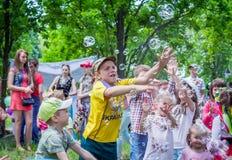 Meninos e meninas que têm o divertimento, bolhas de travamento Fotografia de Stock Royalty Free