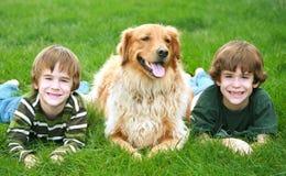 Meninos e o cão Fotos de Stock Royalty Free