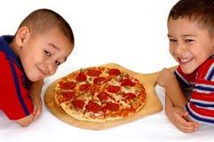 Meninos e pizza Fotos de Stock Royalty Free