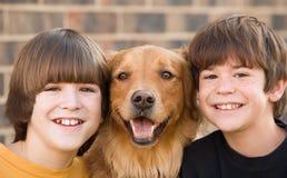 Meninos e um cão Fotografia de Stock