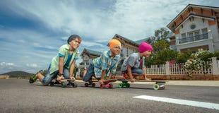 Meninos em patins do longboard Fotos de Stock Royalty Free