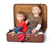Meninos em uma mala de viagem Fotografia de Stock Royalty Free