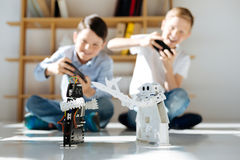 Meninos entusiasmado que organizam batalhas de guerreiros robóticos fotografia de stock royalty free