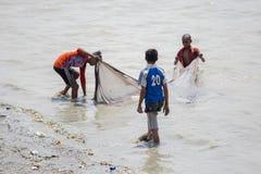 3 meninos estão pescando em áreas de Sadarghat do rio de Karnafuli, Chittagong, Bangladesh Imagens de Stock