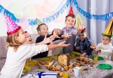 Meninos felizes e meninas felizes comemorar o aniversário dos friend's Fotos de Stock Royalty Free