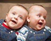 Meninos gêmeos no sorriso dos macacões Fotos de Stock Royalty Free