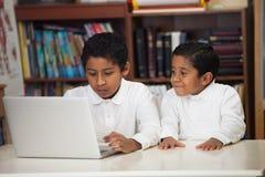 Meninos latino-americanos com portátil Fotografia de Stock Royalty Free