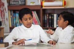 Meninos latino-americanos que estudam rochas Fotos de Stock