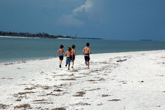 Meninos na praia Imagem de Stock Royalty Free