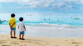 Meninos na praia foto de stock