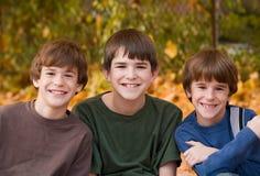 Meninos nas folhas da queda Imagens de Stock Royalty Free