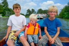 Meninos no barco foto de stock