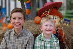 Meninos no outono Fotografia de Stock
