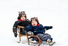 Meninos no trenó Fotos de Stock