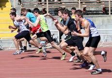 Meninos nos 100 medidores da raça Fotografia de Stock Royalty Free