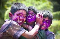 Meninos novos com as caras pintadas na Índia durante Holi Fotos de Stock