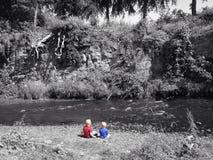 Meninos pelo rio Imagens de Stock