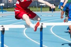 Meninos que competem os obstáculos de 400 medidores Foto de Stock