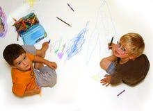 Meninos que desenham e que colorem Foto de Stock