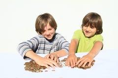Meninos que dividem o dinheiro Fotografia de Stock