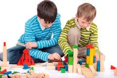 Meninos que jogam com blocos de madeira Foto de Stock Royalty Free