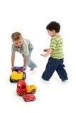 Meninos que jogam com carros e caminhões Fotografia de Stock Royalty Free