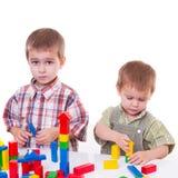Meninos que jogam com cubos de madeira Imagens de Stock